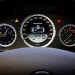 Tachometer des Mercedes-Benz E 300 Blue Tec Hybrid