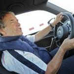 Der frühere Rennfahrer Jacky Ickx im VW Beetle