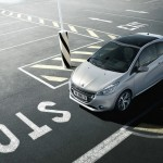 Peugeot 208 am Parkplatz