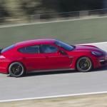 Der Porsche Panamera GTS in der Seitenansicht in Rot