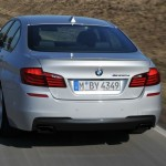 Der BMW M550d Performance xDrive präsentiert sich von hinten