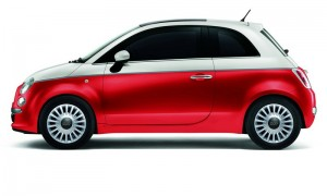 Fiat 500 ID in der Bossa Nova Weiß / Pasodoble Rot Lackierung