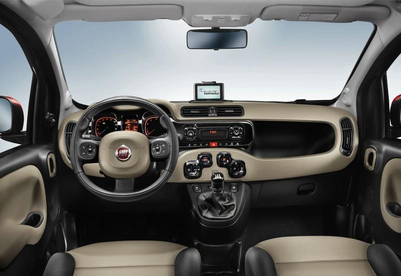 Der Innenraum (Armaturenbrett, Lenkrad, Cockpit, Mittelkonsole) des Fiat Panda