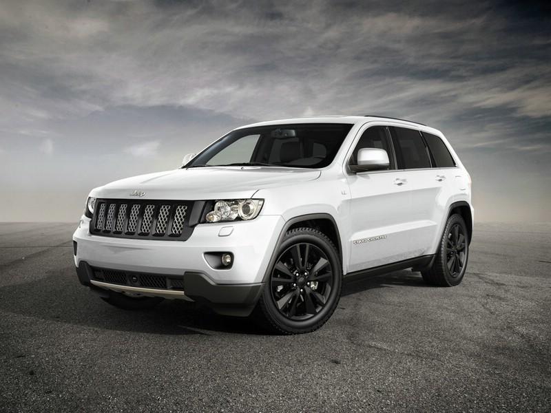 Jeep Grand Cherokee in der Farbe Weiß in der Frontansicht
