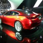Hier zeigt sich der Mazda Takeri auf einer Automesse