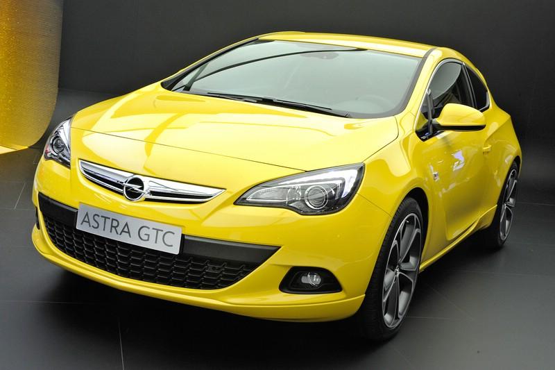 Gelber Opel Astra GTC in der Frontansicht