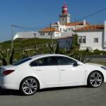 Der Opel Insignia Biturbo als Limousine in der Farbe Weiss in der Seitenansicht