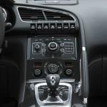 Die Mittelkonsole des Hybridautos Peugeot 3008 HYbrid4