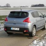 Der Peugeot 3008 Hybrid4 präsentiert sich von hinten