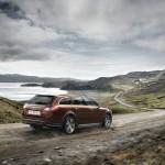 Peugeot 508 RXH Hybrid4 präsentiert sich in der Heck- und Seitenansicht