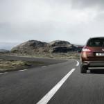 Peugeots 508 RXH Hybrid4 in der Heckansicht - Fahraufnahme