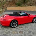 Porsche 911 Carrera Cabrio in der Farbe Rot von der Seite