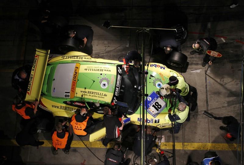 Der Rennwagen Porsche 911 GT3 RSR von Manthey Racing beim 24h Rennen