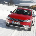 Der Volkswagen Passat Alltrak im Schnee in der Frontansicht