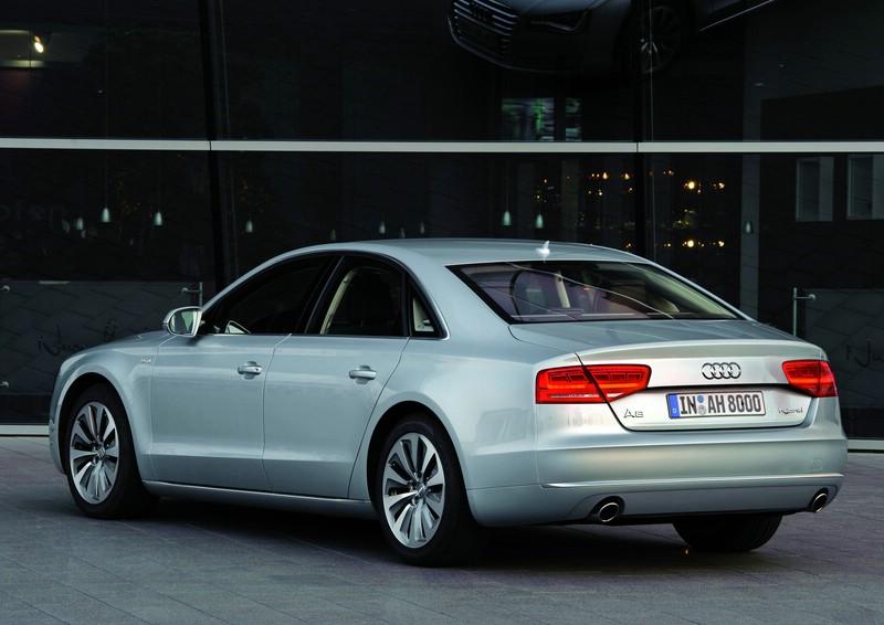 Audi A8 hybrid in der Heckansicht (Silber, Standaufnahme)