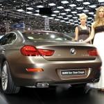 Die Heckansicht des BMW 6er Gran Coupe + Hostess