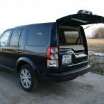 Der Land Rover Discovery 3.0 TDV6 SE in der Heckansicht - Heckklappe geöffnet