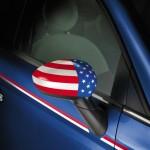 Der Außenspiegel des Fiat 500 America mit US-Fahne