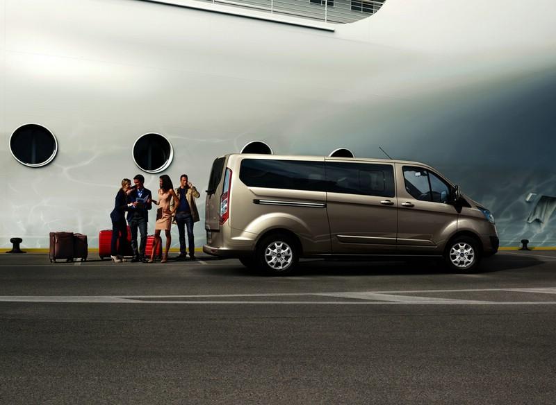 Der Ford Tourneo Custom in der Seitenansicht