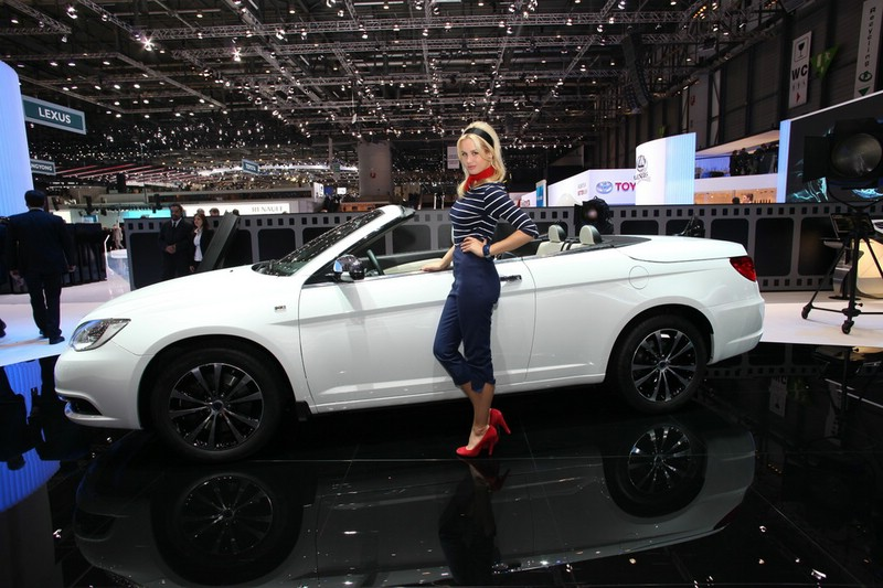 Lancia Flavia Cabriolet in der Seitenansicht + Messegirl in Genf