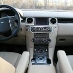 Das Armaturenbrett des Land Rover Discovery 3.0 TDV6 SE