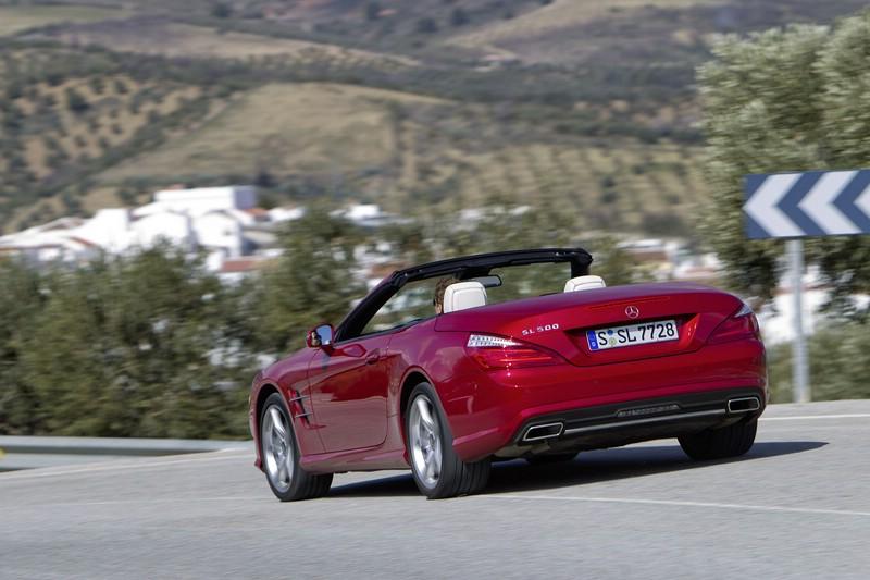 Mercedes-Benz SL auf der Landstrasse in der Heckansicht