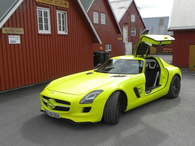 Der Mercedes SLS AMG E-Cell in der Front- Seitenansicht