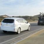 Der Toyotas Prius + in der Heckansicht (Fahraufnahme)