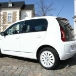 Der Volkswagen Up als Viertürer in Weiss (Standaufnahme)