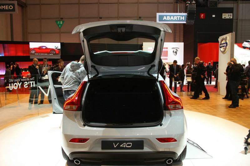 Neuer Volvo V40 in der Heckansicht - Heckklappe geöffnet