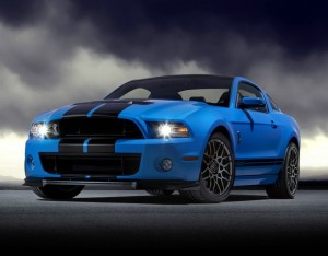 Der Ford Shelby GT500 in Blau mit schwarzen Streifen