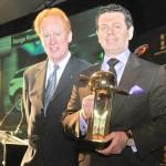 Gerry McGovern nimmt Preis entgegen