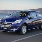 Peugeot 208 in Blau (Fahraufnahme)