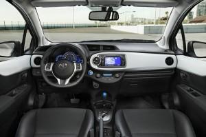 Das Armaturenbrett des Toyota Yaris Hybrid
