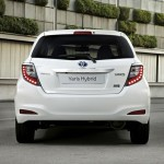 Heckansicht des Toyota Yaris Hybrid (Weiss, Standaufnahme)