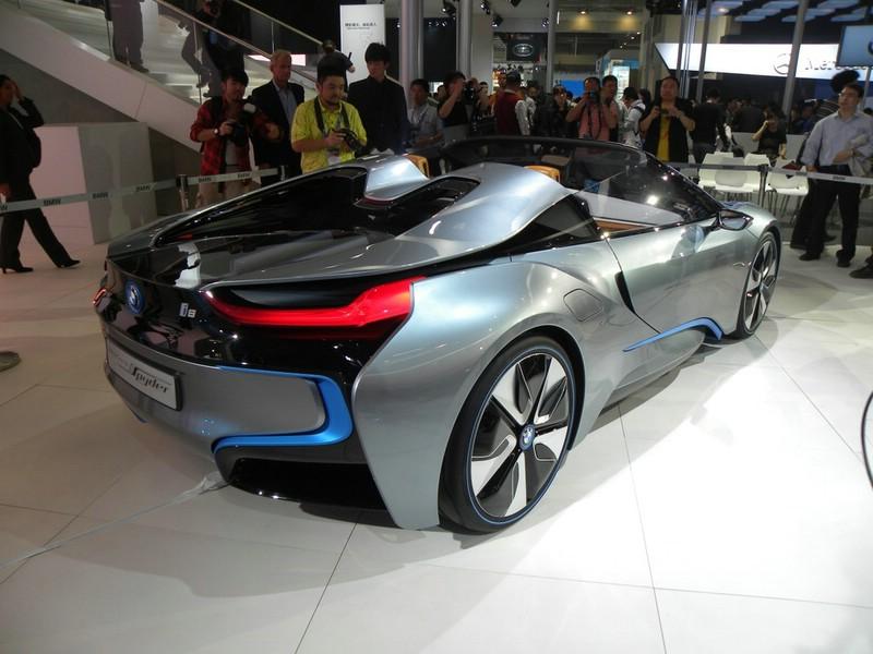 Der BMW i8 Spyder in der Seiten- Heckansicht