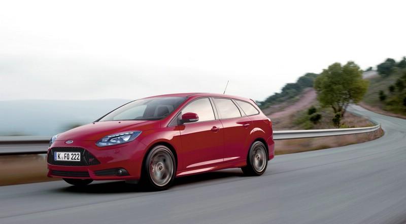 Ford Focus ST Turnier in Rot (Fahraufnahme)