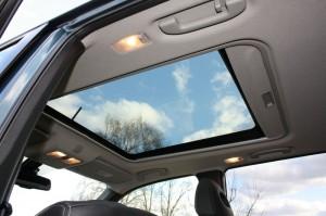 Das Panorama-Glas-Schiebedach des Nissan X-Trail 2.0 dCi LE