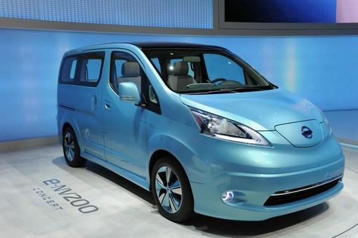 Konzeptfahrzeug Nissan e-NV200 auf einer Automesse