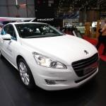Der neue Peugeot 508 Hybrid4 in weiss auf einer Messe