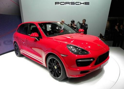 Porsche Cayenne GTS in Rot auf einer Messe