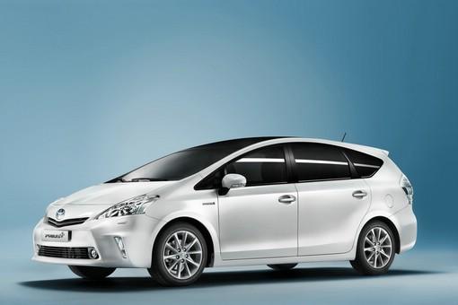 Hbrid-Van Toyota Prius + in Weiss in der Seitenansicht
