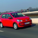 VW Up Viertürer in Rot (Fahraufnahme)