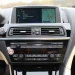Die Mittelkonsole des BMW 6er Coupe 640d mit vielen Knöpfen