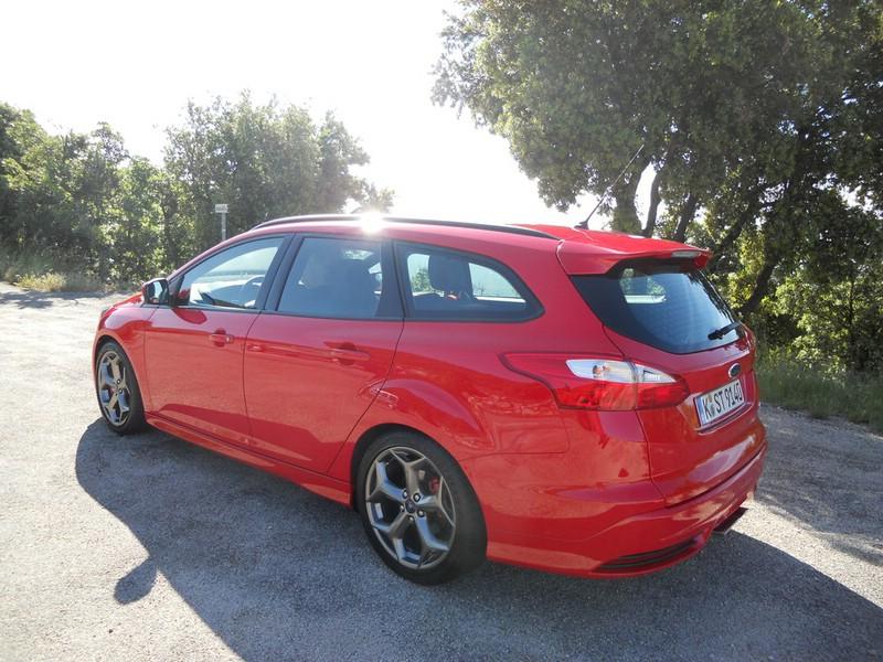 Ford Focus ST Tunier in der Seiten- Heckansicht in Rot