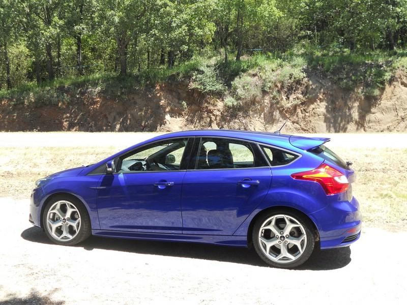 Ford Focus ST in der Seitenansicht (Blau)
