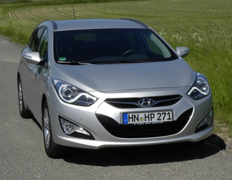 Silberner Hyundai i40 blue 1.7 CRDi Style in der Frontansicht