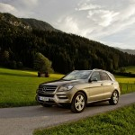 Mercedes-Benz ML 500 4Matic Blue Efficiency in Silber (Fahraufnahme)