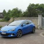 Opel Astra OPC in Blau in der Front- Seitenansicht