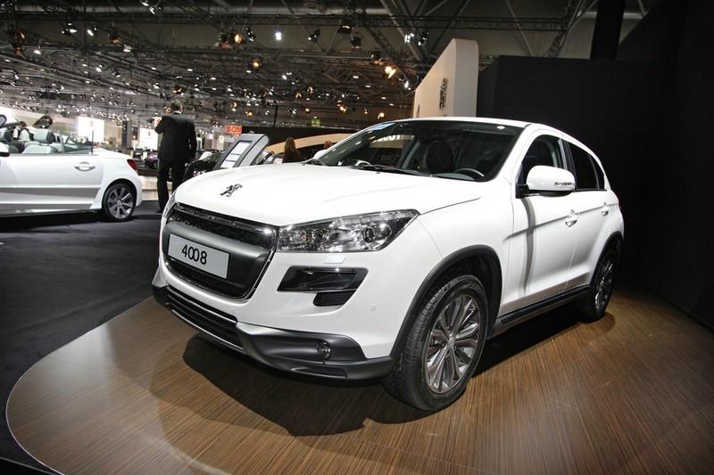 Peugeot 4008 in Weiss in der Frontansicht